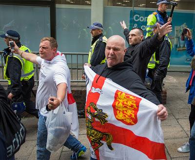 ΒΡΕΤΑΝΙΑ: Μεγαλειώδης πορεία οπαδών στο Λονδίνο κατά της ισλαμικής τρομοκρατίας (video) - Εικόνα1