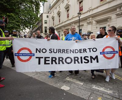 ΒΡΕΤΑΝΙΑ: Μεγαλειώδης πορεία οπαδών στο Λονδίνο κατά της ισλαμικής τρομοκρατίας (video) - Εικόνα3