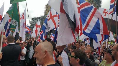 ΒΡΕΤΑΝΙΑ: Μεγαλειώδης πορεία οπαδών στο Λονδίνο κατά της ισλαμικής τρομοκρατίας (video) - Εικόνα4