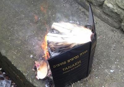 ΒΡΕΤΑΝΙΑ: Ραβίνος υποψήφιος με το UKIP καίει την Αγία Γραφή και δεν του απαγγέλλεται καμία κατηγορία για έγκλημα «μίσους» - Εικόνα2