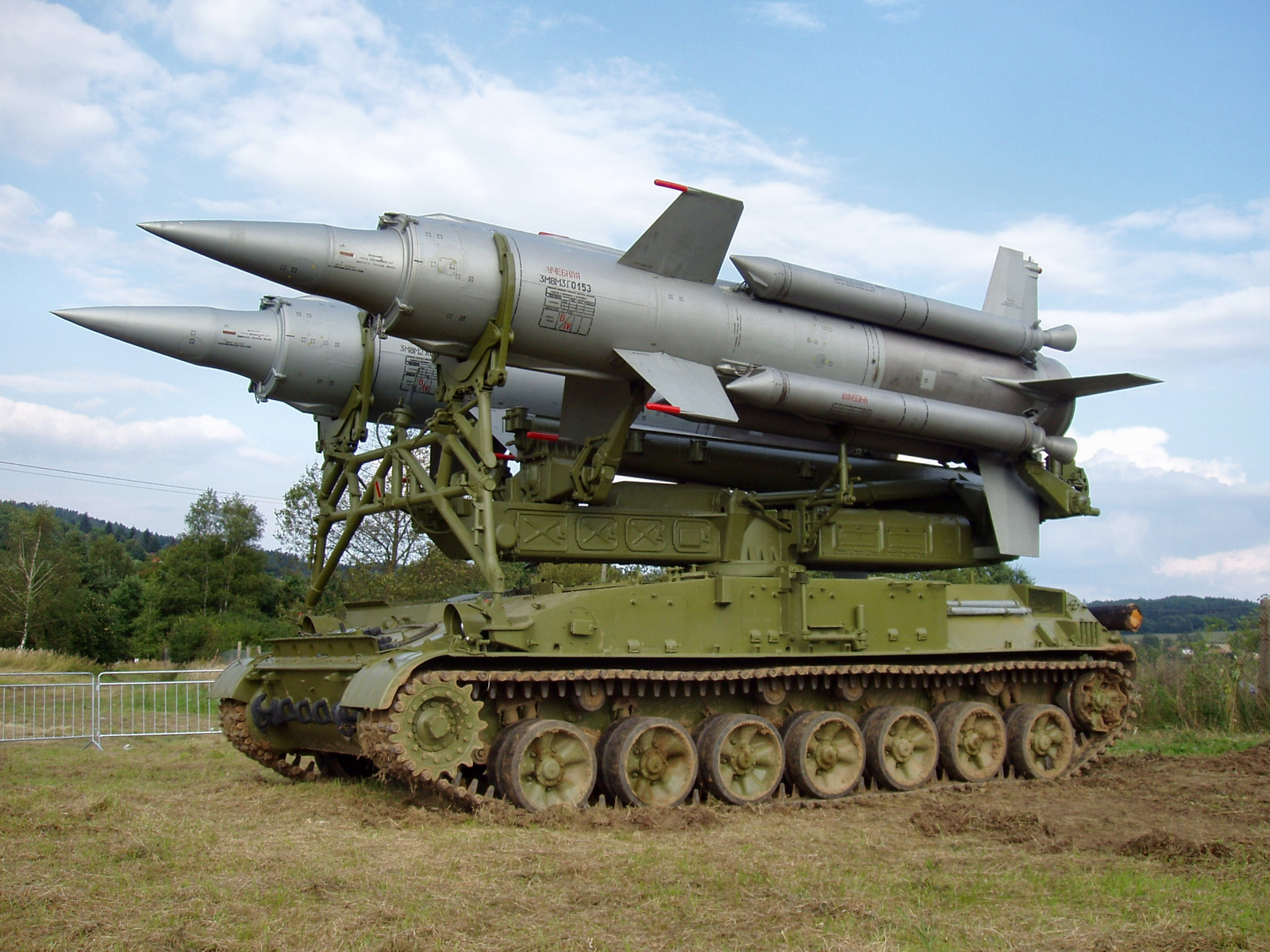 Ένα χαλασμένο άρμα μάχης και ένας «λυγισμένος» (;) πύραυλος έδειξαν την κακή εικόνα των βορειοκορεατικών ΕΔ (φωτό, βίντεο) - Εικόνα7