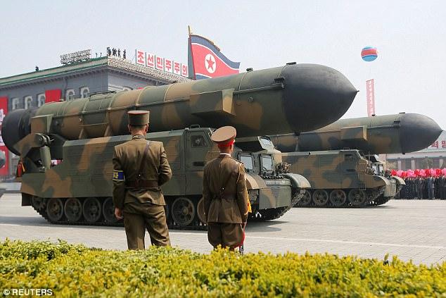 Ένα χαλασμένο άρμα μάχης και ένας «λυγισμένος» (;) πύραυλος έδειξαν την κακή εικόνα των βορειοκορεατικών ΕΔ (φωτό, βίντεο) - Εικόνα8
