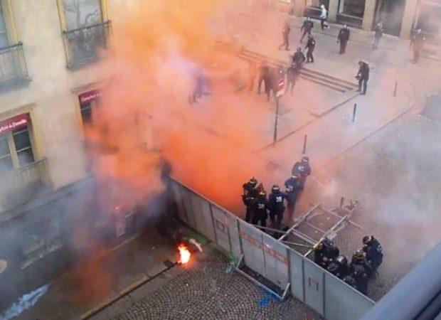 ΑΓΡΙΑ ΕΠΕΙΣΟΔΙΑ ΣΤΟ ΠΑΡΙΣΙ – ΔΕΙΤΕ LIVE! Σφοδρές συγκρούσεις αστυνομίας και διαδηλωτών κατά της μεταρρύθμισης των εργασιακών σχέσεων!