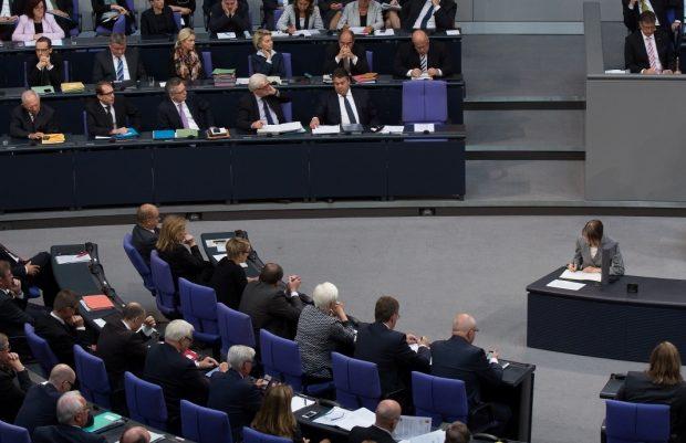 ΜΑΣ ΔΟΥΛΕΥΟΥΝ ΨΙΛΟ ΓΑΖΙ :  Στο 2020 (!) μεταθέτει το γερμανικό ΥΠΟΙΚ τη συζήτηση για το χρέος
