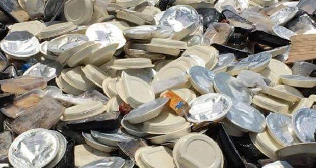 Φωτό πρόκληση από το hotspot Σκαραμαγκά! Πεταμένες μερίδες φαγητού στο δρόμο!