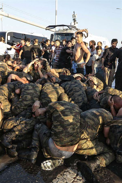 160716-world-turkey-coup-beating-soldiers-0607_b8879d4cf1dd8be663e94c8c4a756659.nbcnews-ux-1024-900