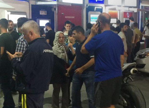 «Bank run» στην Τουρκία: Πολίτες συρρέουν στα ΑΤΜ και τα πρατήρια βενζίνης