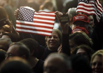 Δημοσκόπηση: Ο Trump  για πρώτη φορά από το Μάιο, προηγείται  σε  δημοτικότητα της Κλίντον μεταξύ των ψηφοφόρων