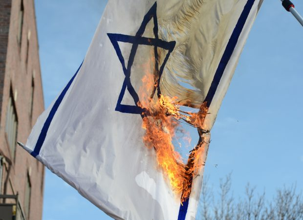 israeli_flag_burned_by_neturei_karta-e1458831155201