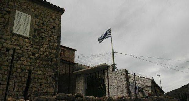 Αλβανία: Στη Χιμάρα υψώθηκε η ελληνική σημαία μετά τις δηλώσεις Καμμένου