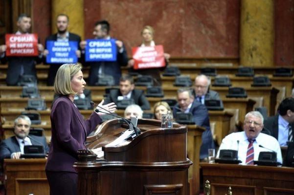 Η ομιλία της Μογκερίνι στο Σερβικό Κοινοβούλιο και η αποδοκιμασία της από το Σερβικό Ριζοσπαστικό Κόμμα